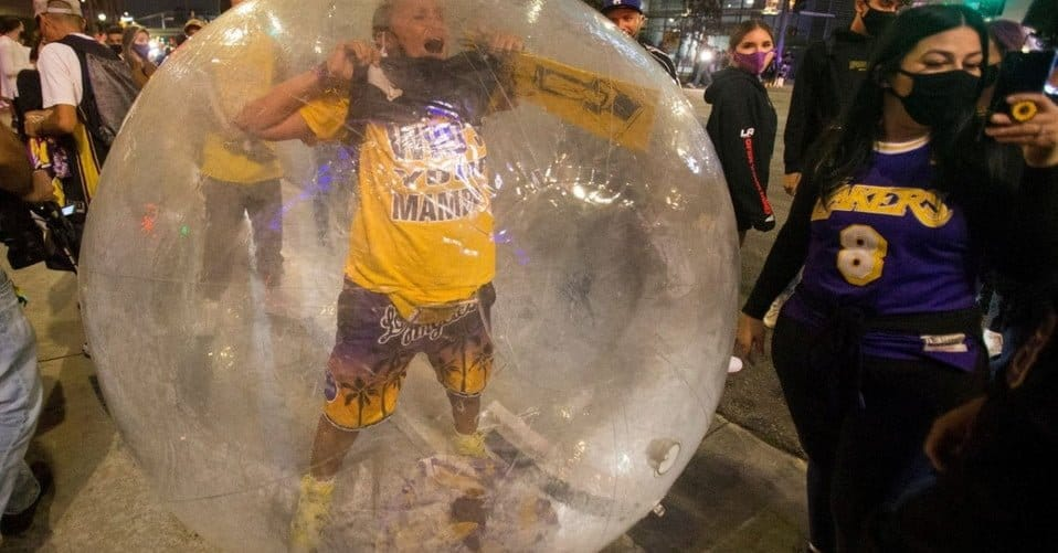 Hincha de los Lakers celebra titulo en una burbuja gigante