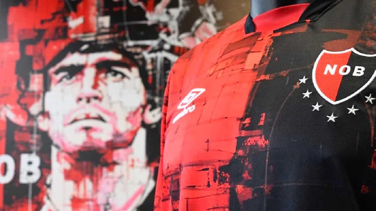 Newells presento una nueva camiseta alternativa en homenaje a Diego